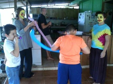 los niños disfrutando de la atracción del día