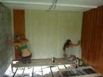 las chicas pintando las paredes. cuando ellas estaban no avanzaba mucho el trabajo! :)