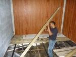 colocando las tablas para el suelo
