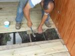 Juan Carlos colocando las tablas del suelo