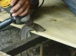 fijando las tablas del suelo de manera elegante. una vez colocado el suelo ya no se ven los tornillos!