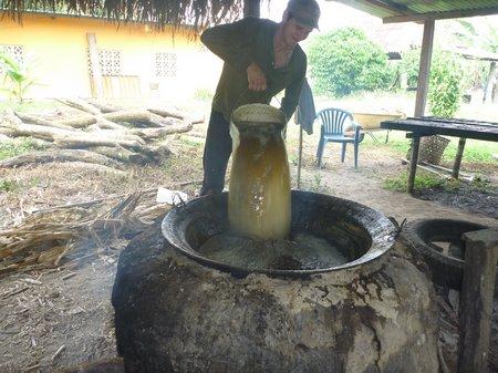 vertiendo el jugo de caña en la paila