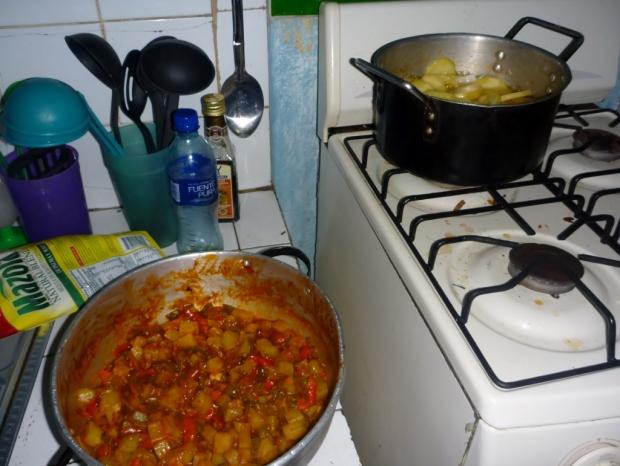 el relleno de las empanadas y las papas y cebollas friendose